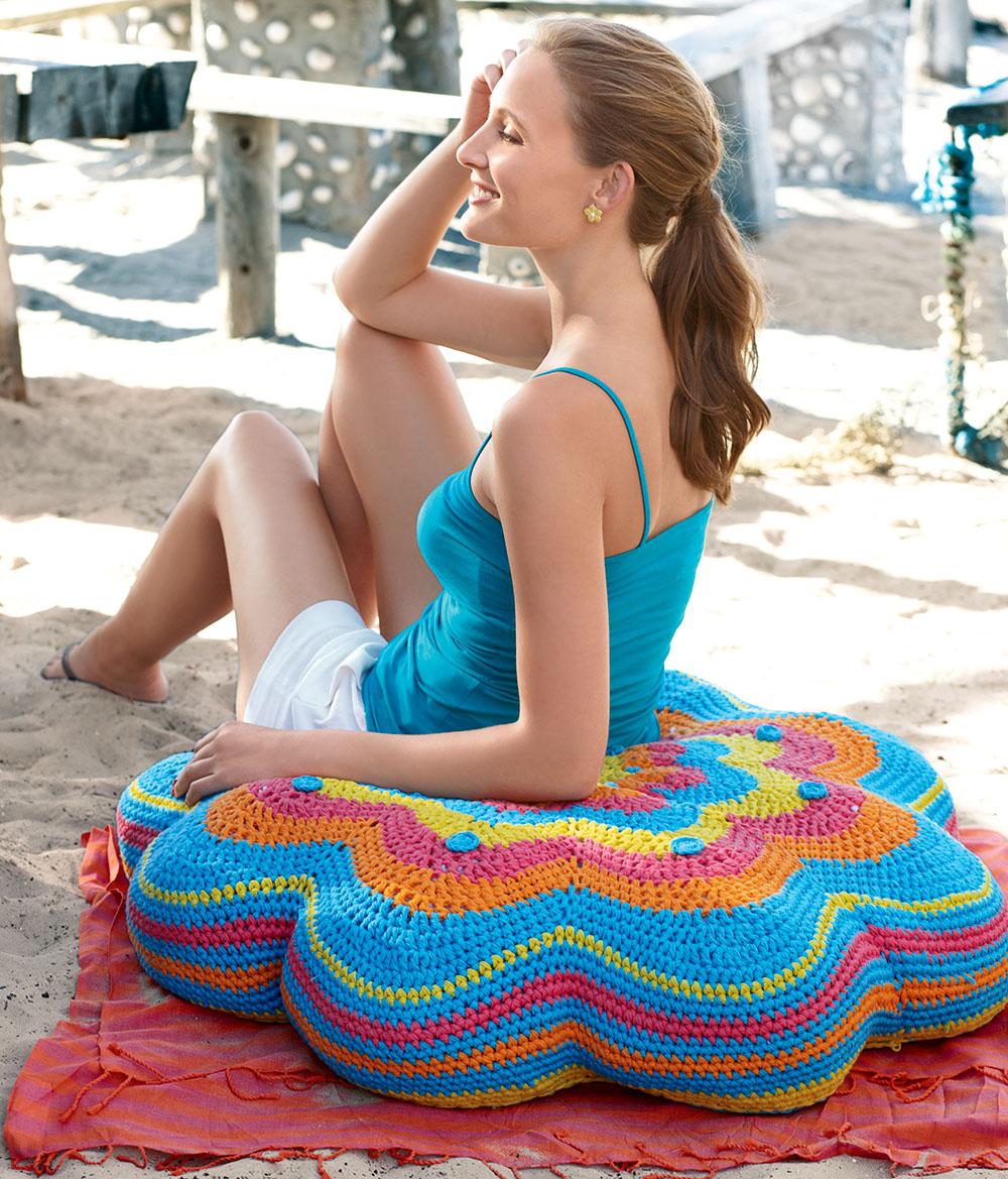 Разноцветная напольная подушка
