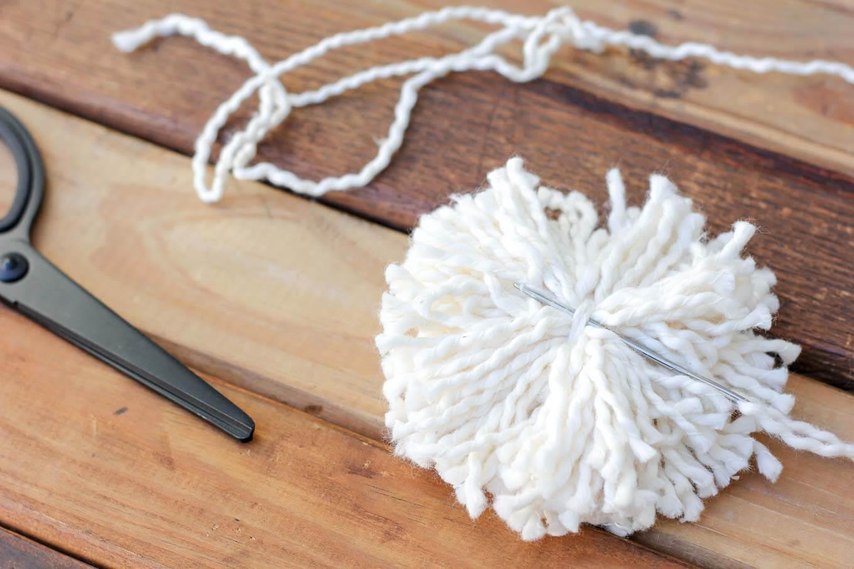 Как сделать помпон без шаблона и прикрепить его к изделию