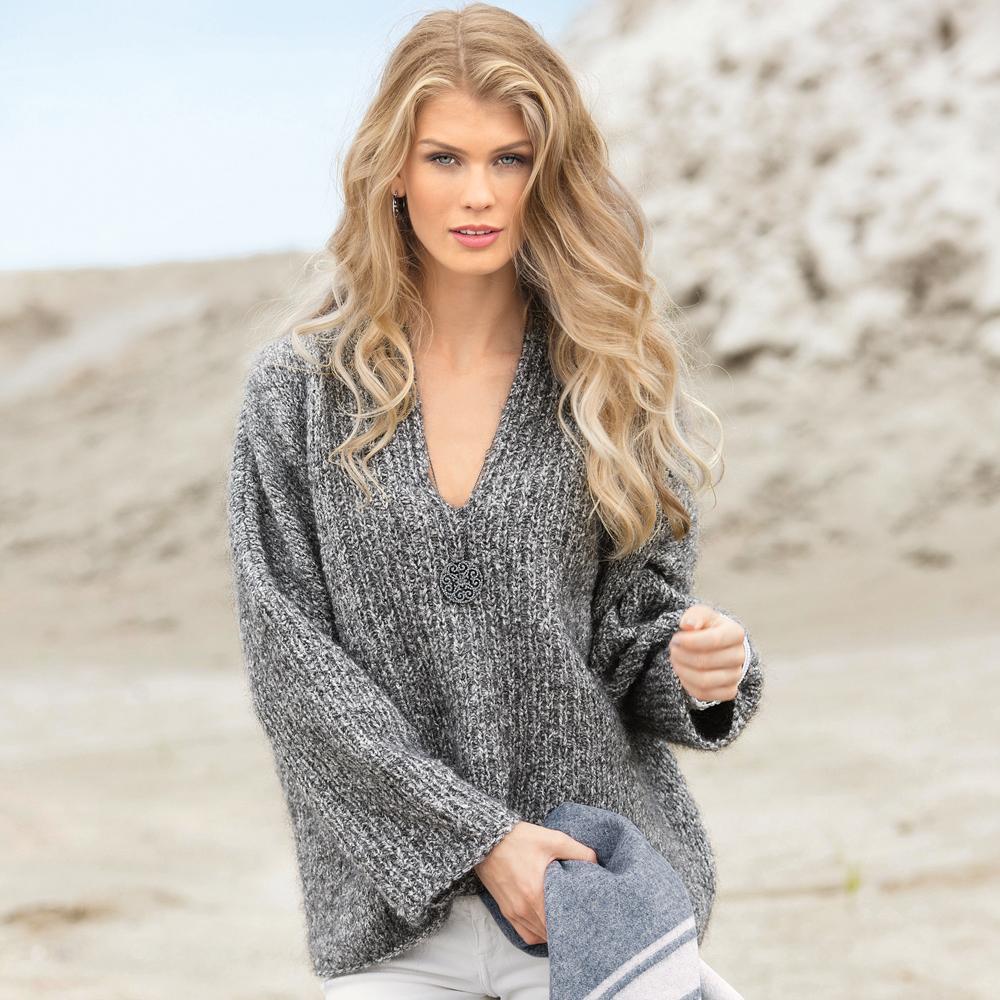 Объемный пуловер из меланжевой пряжи