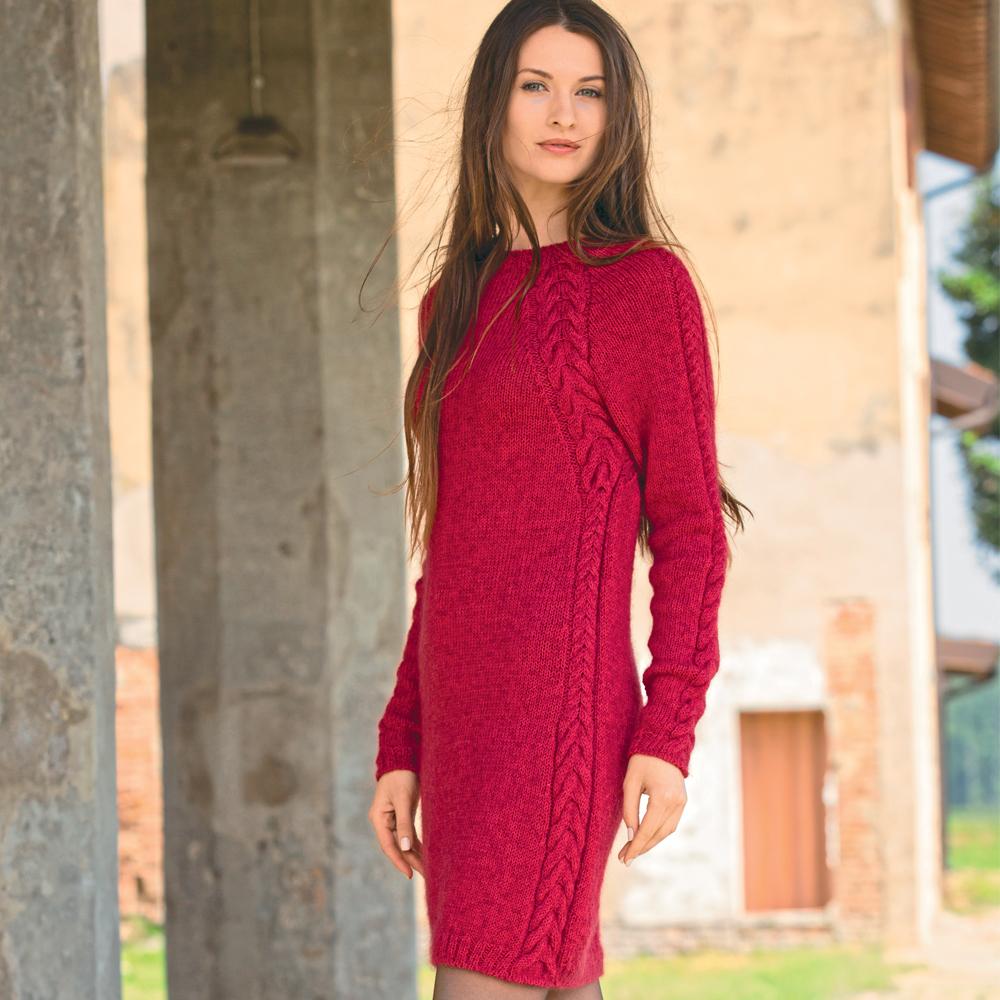 платье футляр с рельефными косами схема вязания спицами вяжем