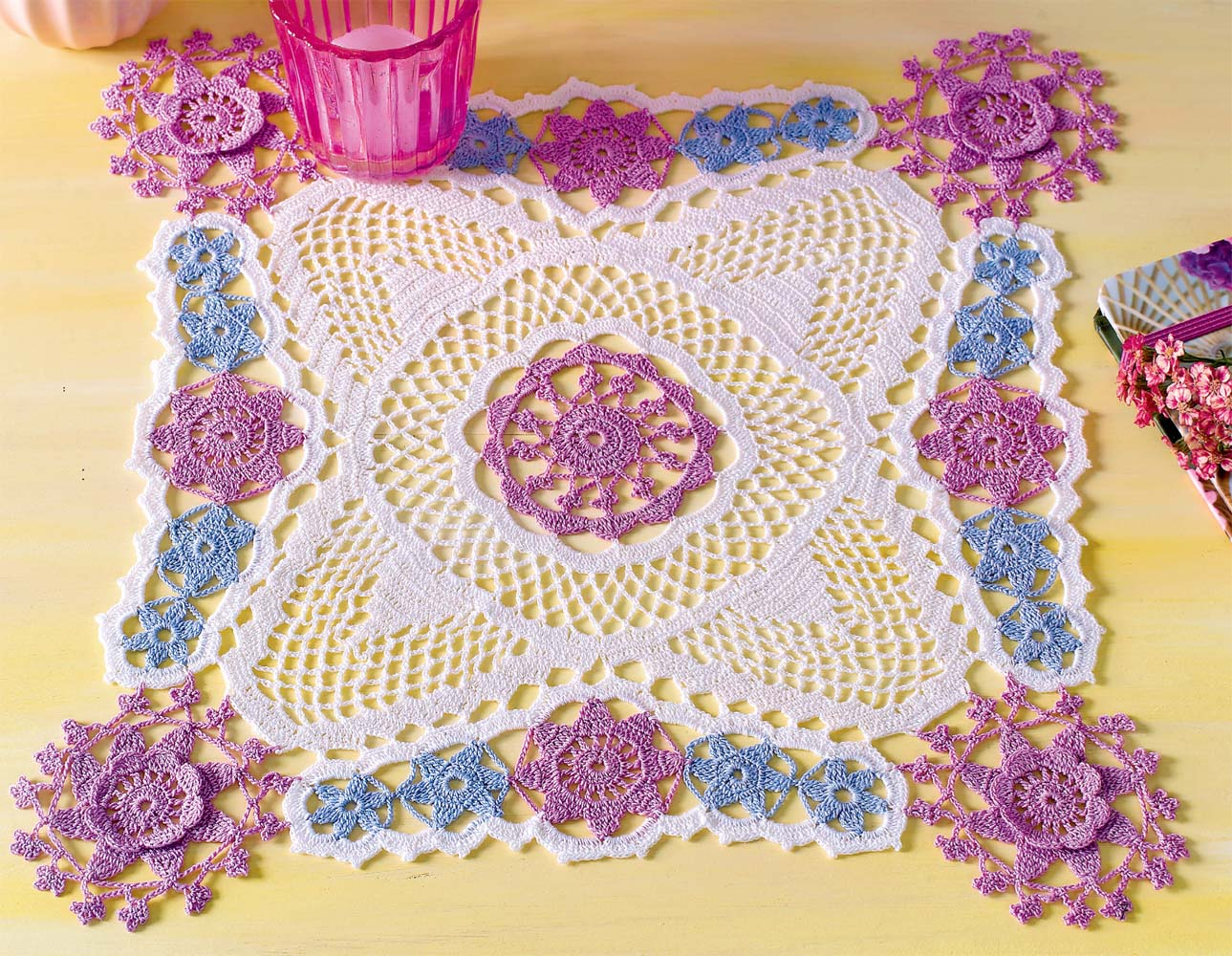Квадратная салфетка с цветочными мотивами