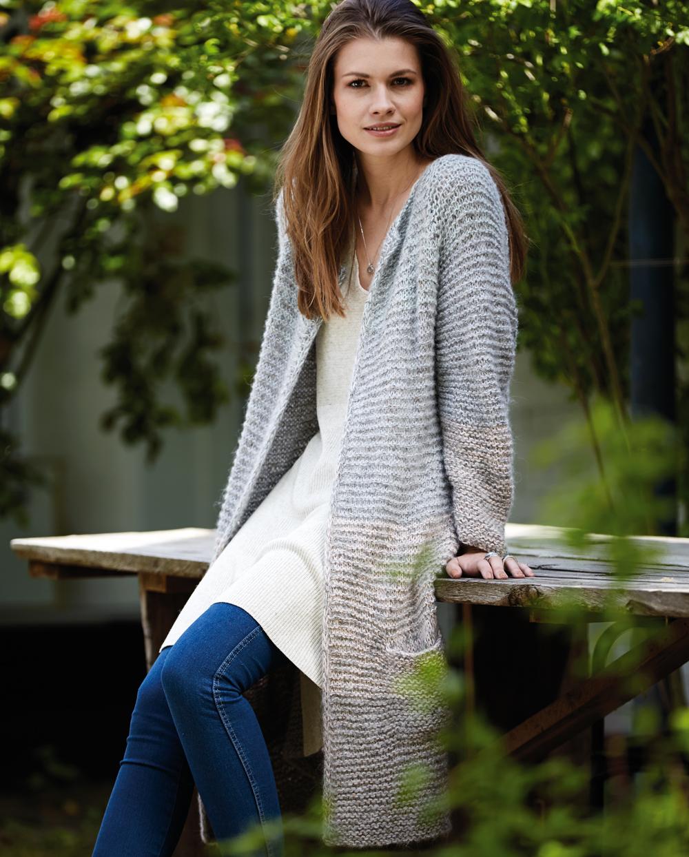 Пальто с ребристым узором — просто и изысканно, вяжется очень просто и быстро