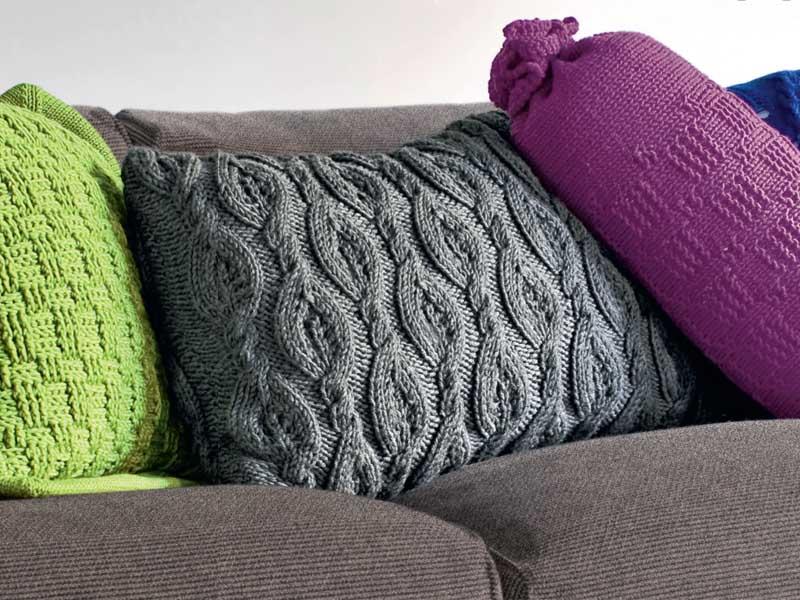 серая подушка с рельефным узором схема вязания спицами вяжем
