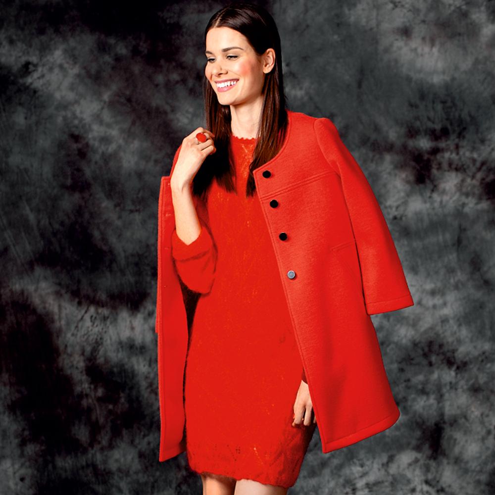 Красное платье-футляр с ажурным узором