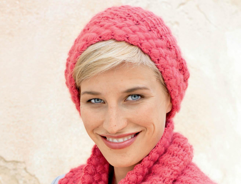 Полосатая шапочка с украшением из цветов крючком