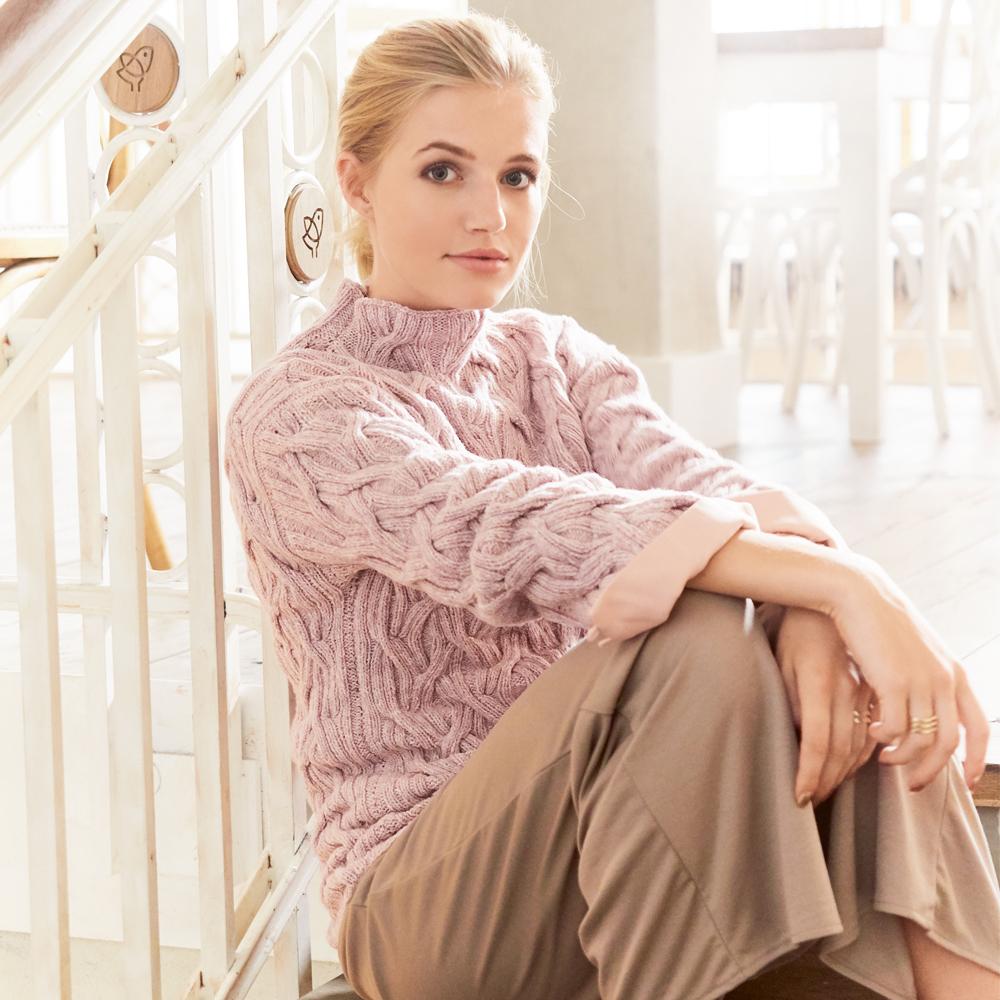 Розовый свитер с рельефными узорами