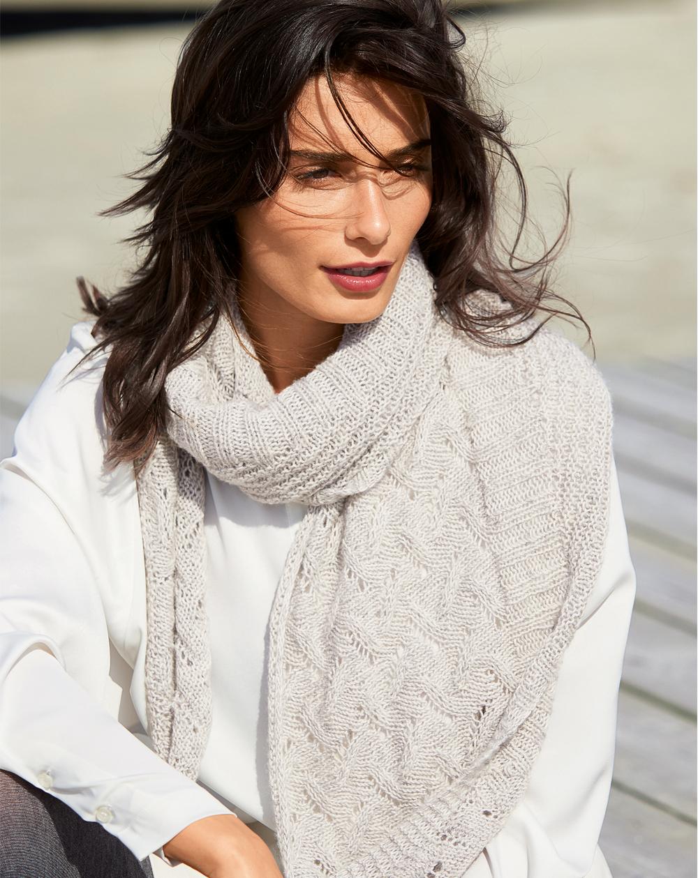 Светло-серый платок с ажурным узором