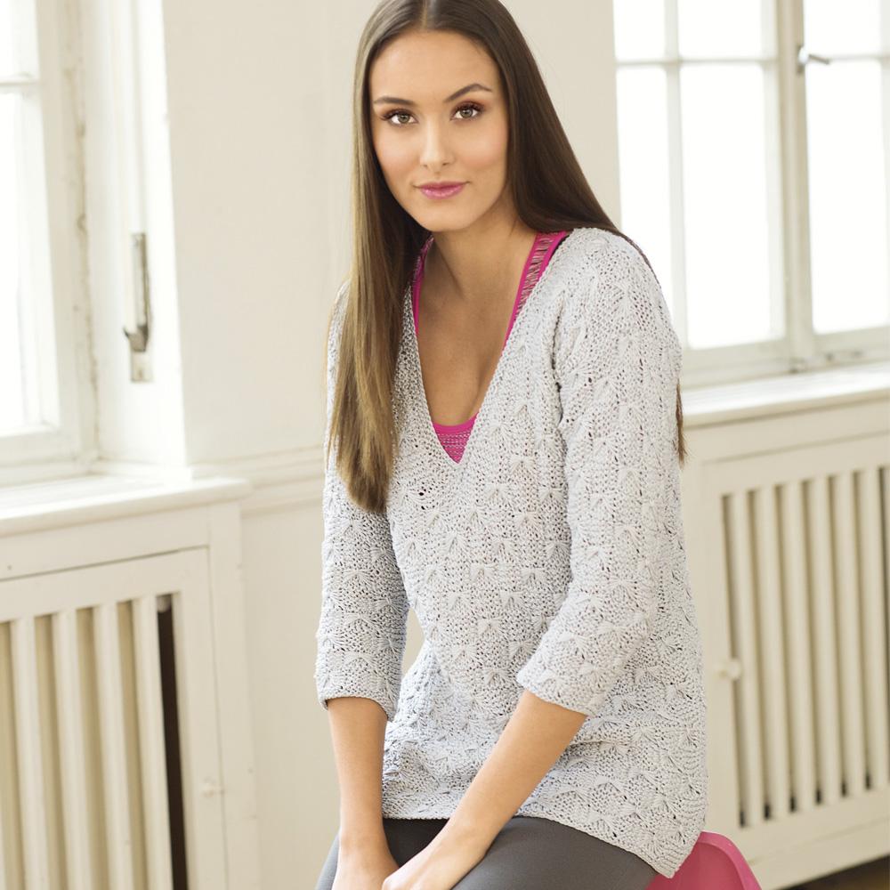 Светло-серый пуловер с ажурным узором