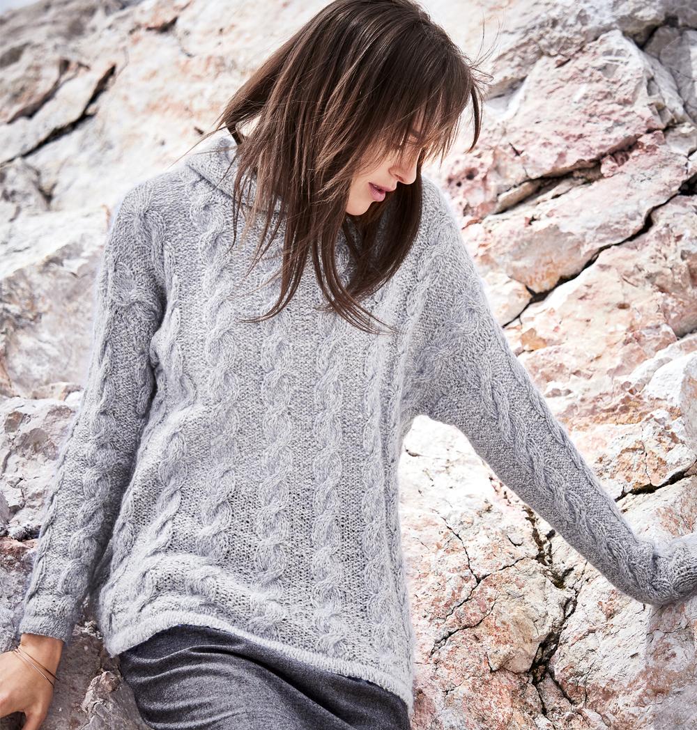 Пуловер с капюшоном и узором из «кос» — cпортивно и удобно