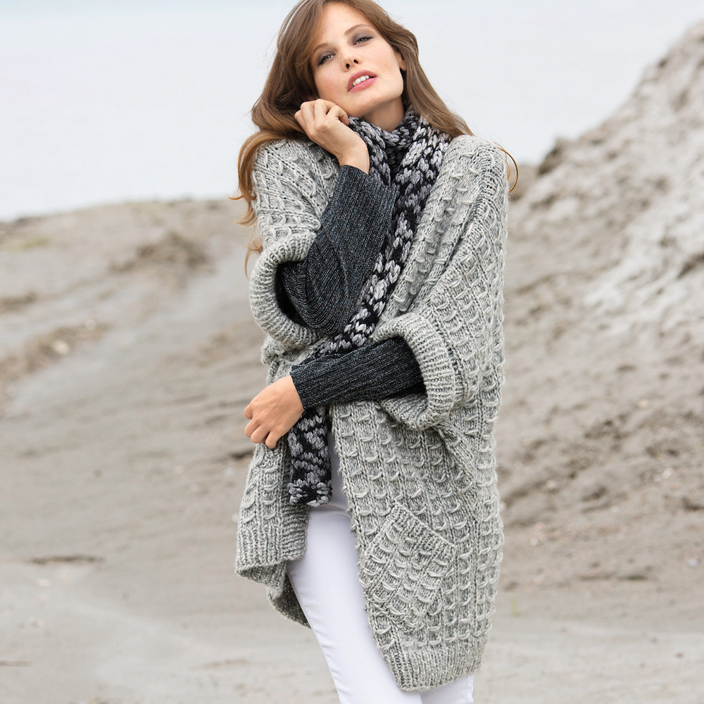 Светло-серый жилет и меланжевый шарф