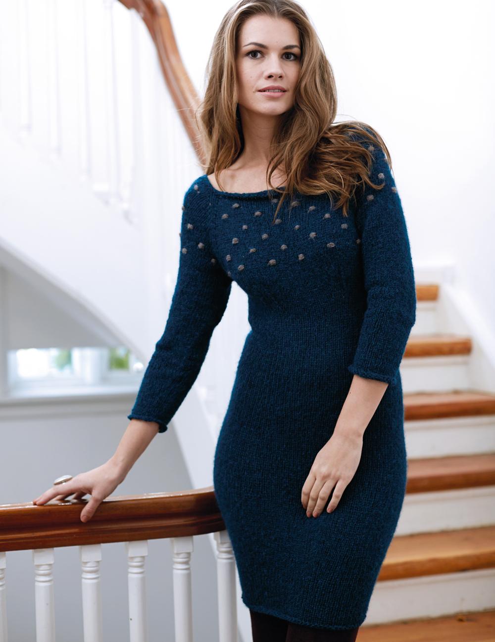 Синее платье с отделкой «шишечками»
