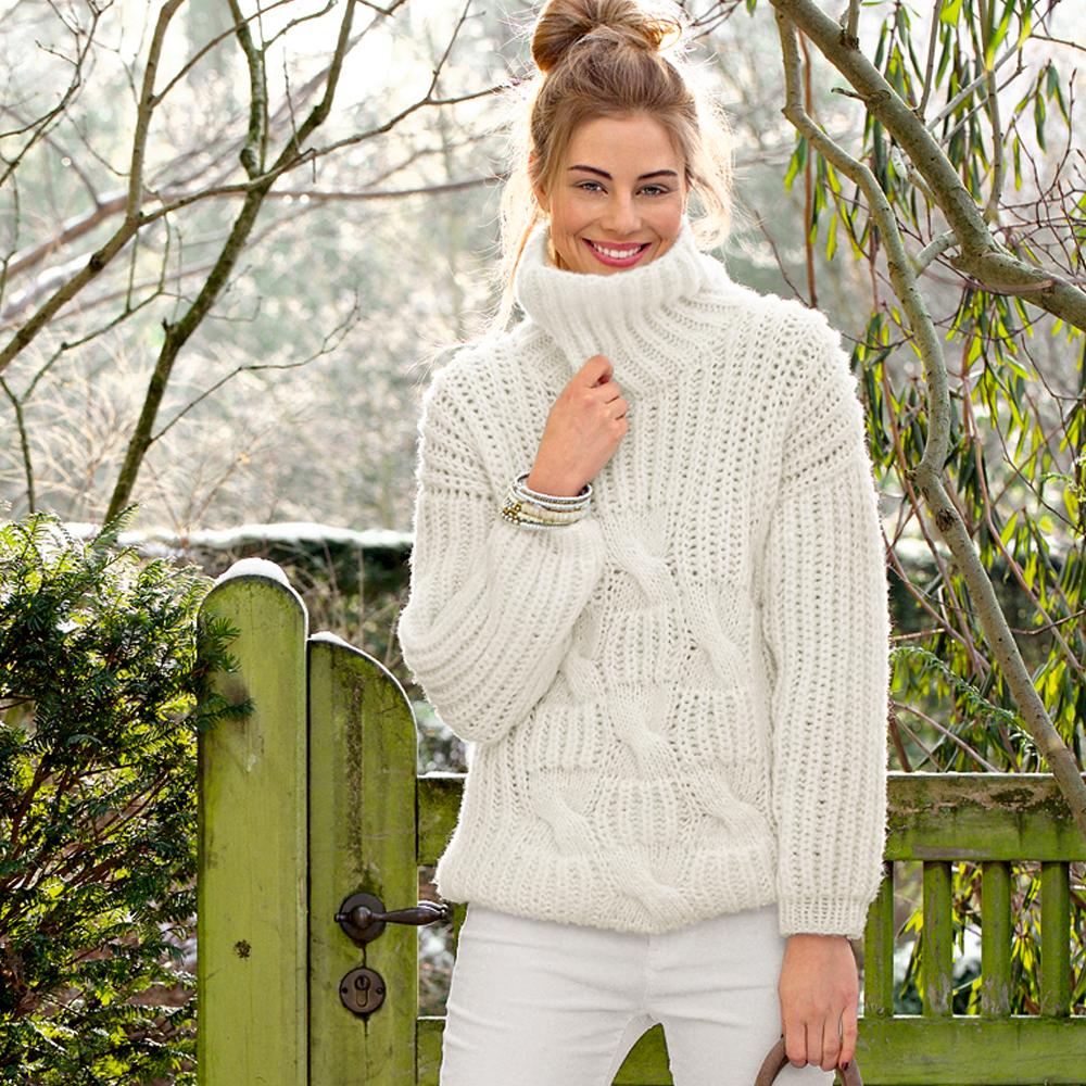 Белый свитер с «косами»