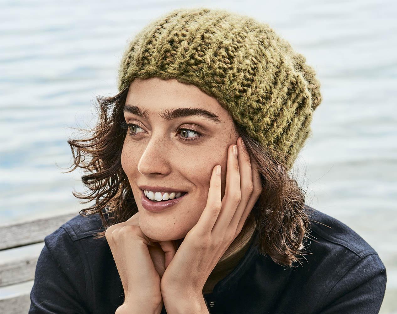 модная шапка крупной вязки схема вязания спицами вяжем шапки на