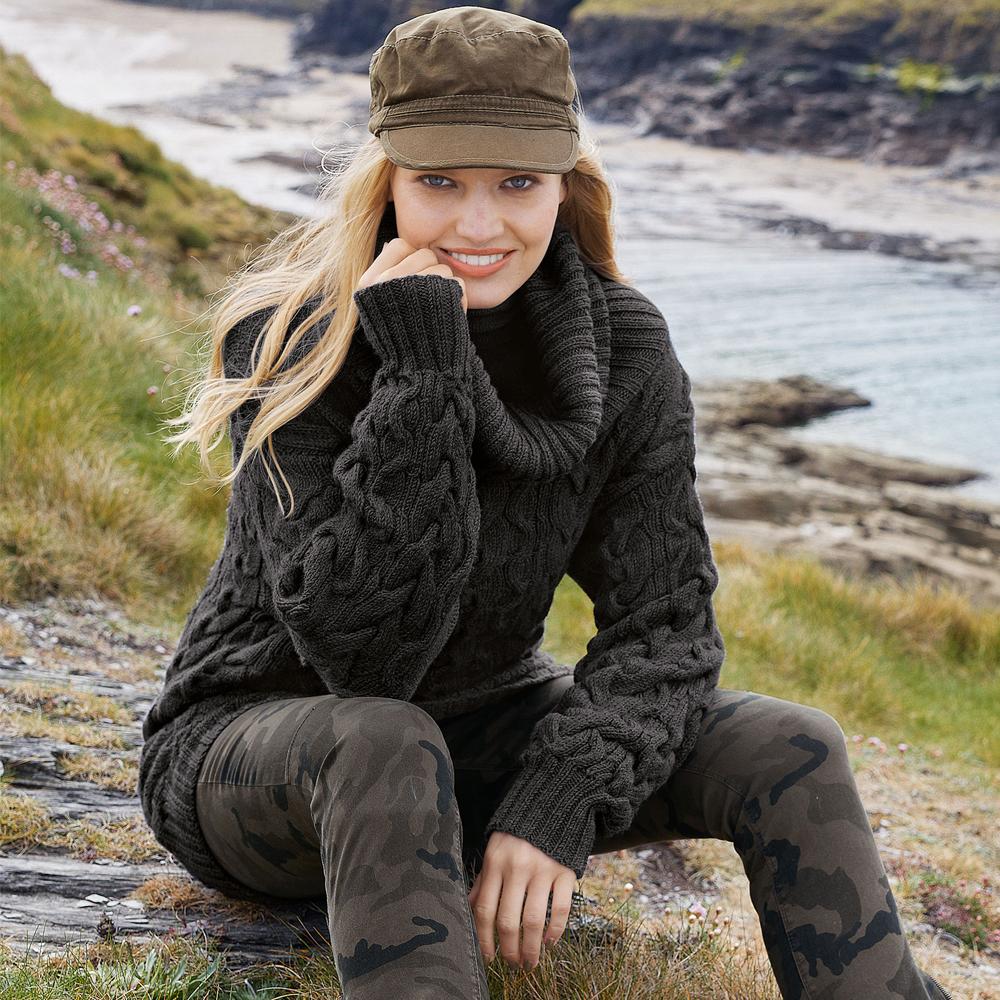 Серый свитер с узором из «кос»