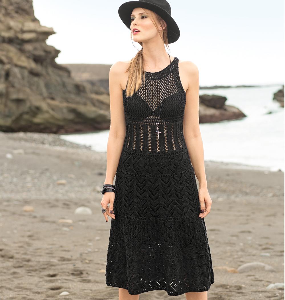Черное платье с ажурными узорами