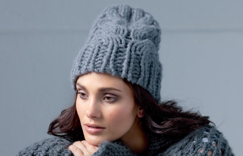 Вяжем спицами шапку с косами
