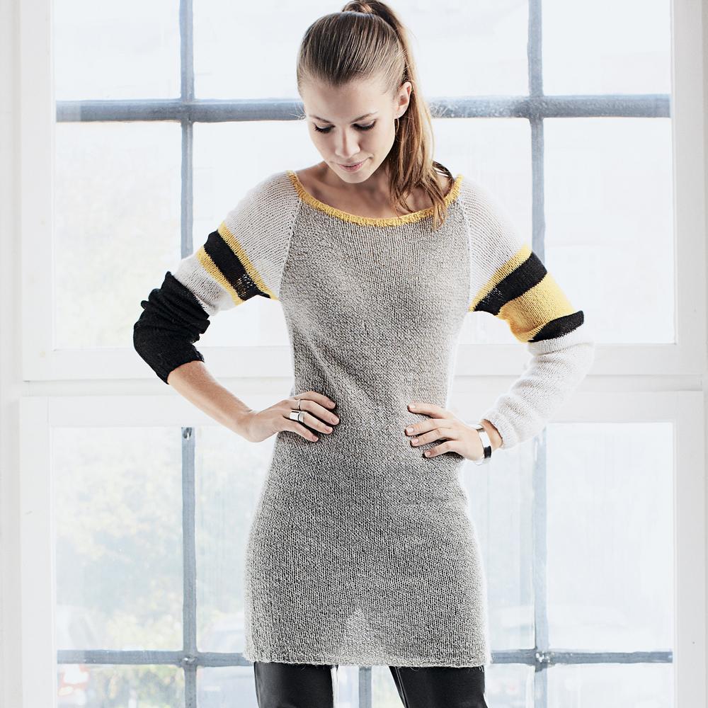 Платье с полосками на рукавах