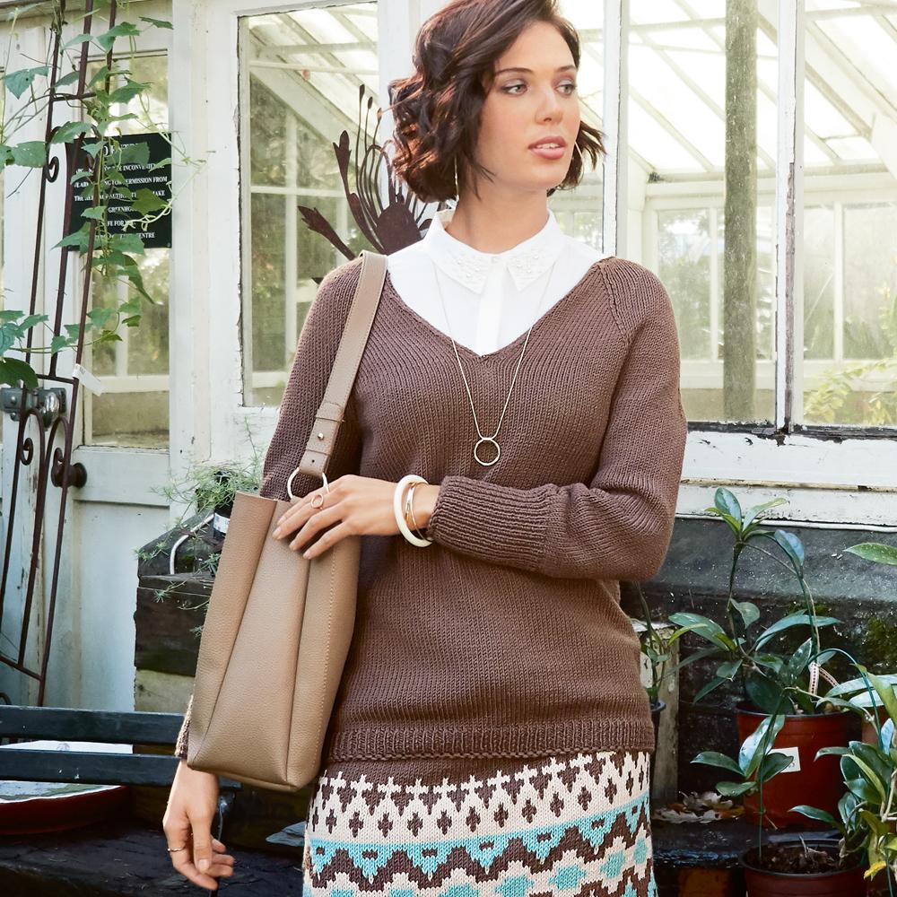 коричневый пуловер с рукавами реглан схема вязания спицами вяжем
