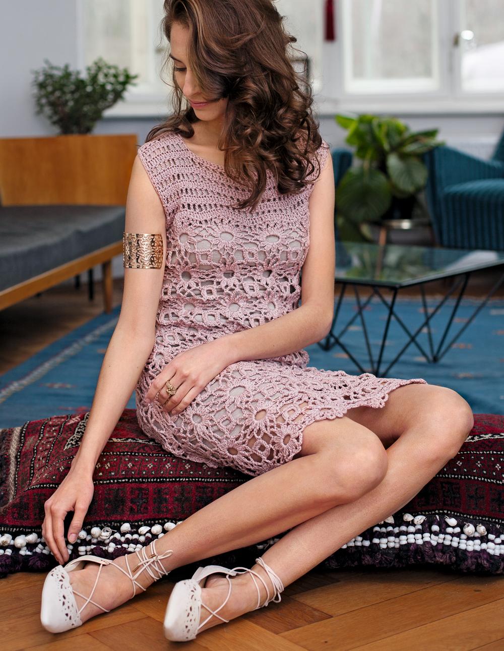 Коктейльное платье с ажурными узорами