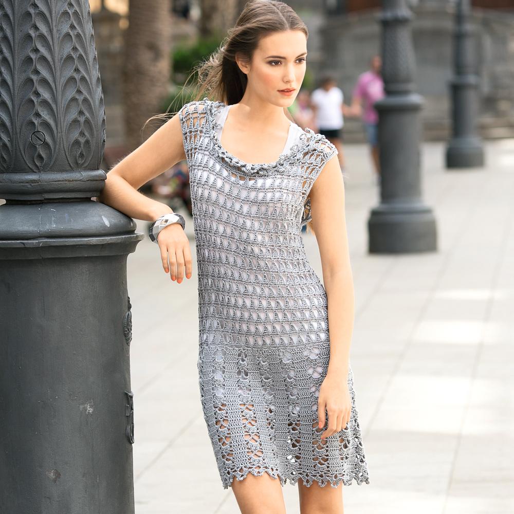Мини-платье с кружевным воротником
