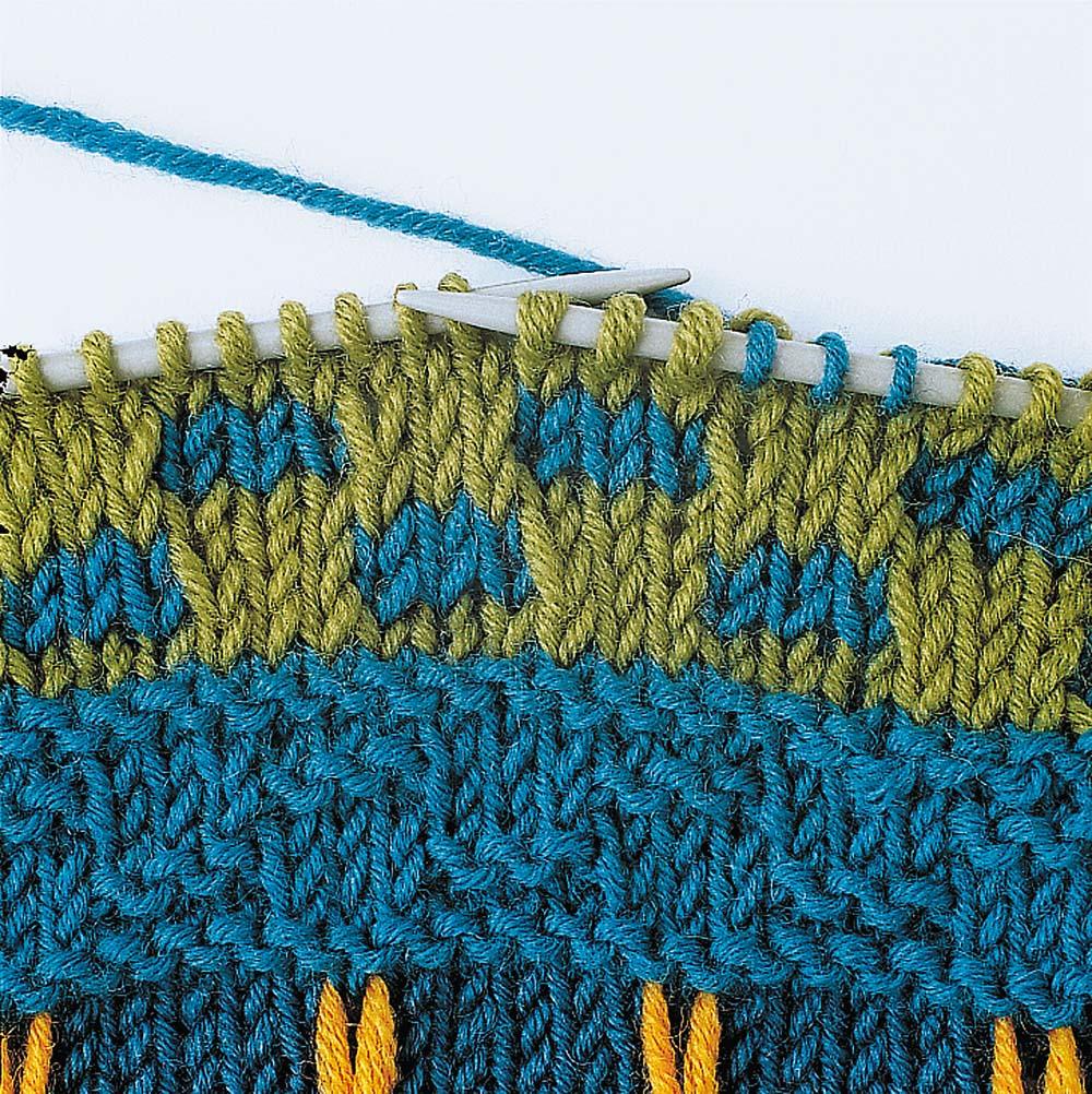 шапка узором путанка с вытянутой петлей